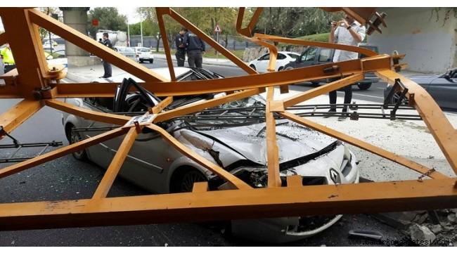 Bakırköy'de üst geçide çarpan kamyondaki vinç parçası otomobilin üzerine düştü!