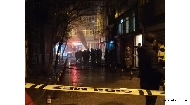 Son dakika… Bakırköy'de 2 katlı ahşap binada yangın!
